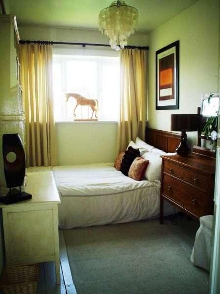 Натуральные материалы для отделки стен в маленькой спальне