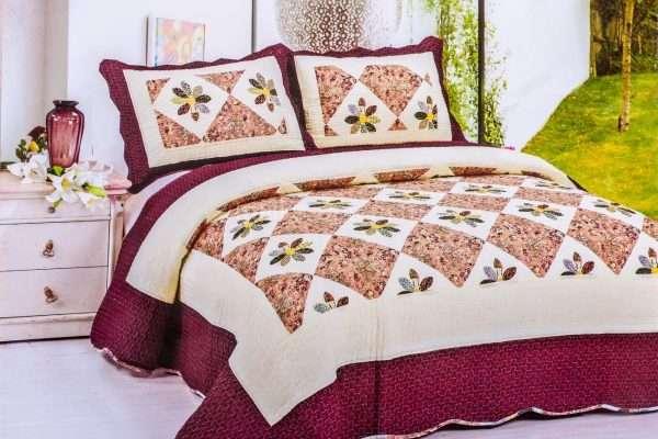 Уютная спальня с покрывалом в стиле пэчворк