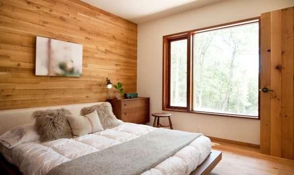 Отделка стен спальни деревом
