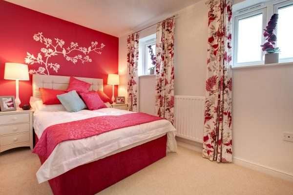 Использование красного цвета в дизайне спальни