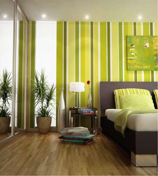 Верикальные полосы на обоях зрительно увеличивают высоту потолков в спальне