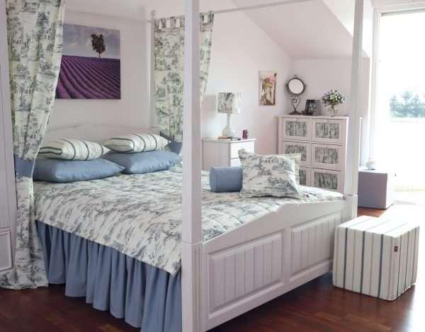Дизайн спальни на мансарде в стиле прованс