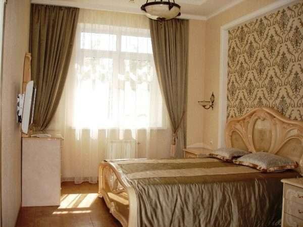 Выделение зоны у изголовья кровати с помощью обоев