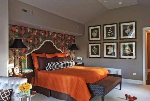 Акцентное выделение одной стены в спальне