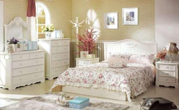 Большая кровать с массивным изголовьем в спальне в стиле прованс