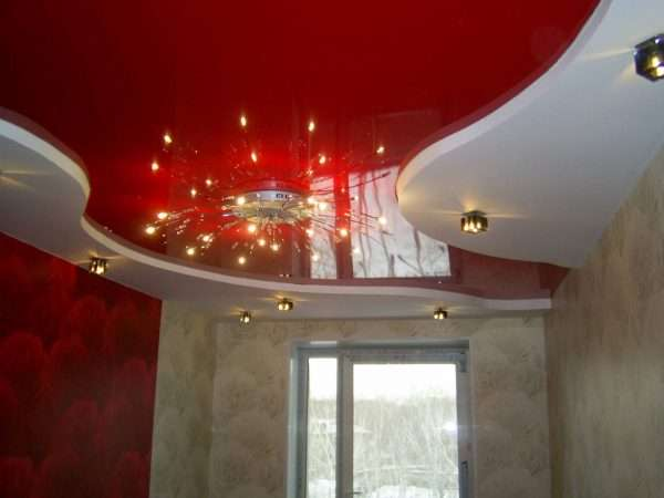 Вариант освещения на двухуровневом потолке в спальне