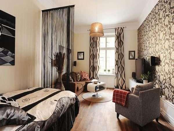 Вариант зонирования в гостиной спальне - легкая занавеска