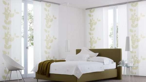 Светлые японские шторы в спальню