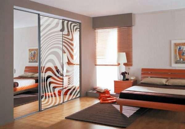 Интерьер спальни со встроенным шкафом купе