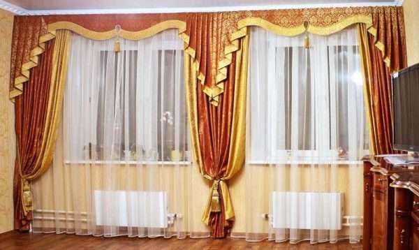 Шторы в классическом интерьере на два окна