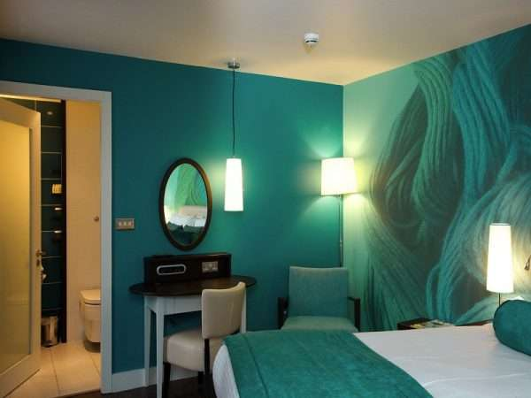 Бирюзовая спальня с абстрактными фотообоями