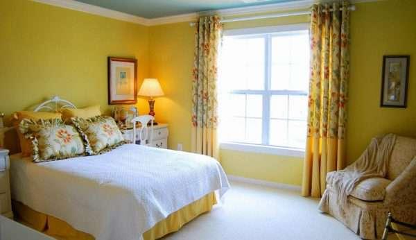 Дизайн ярких штор в спальню