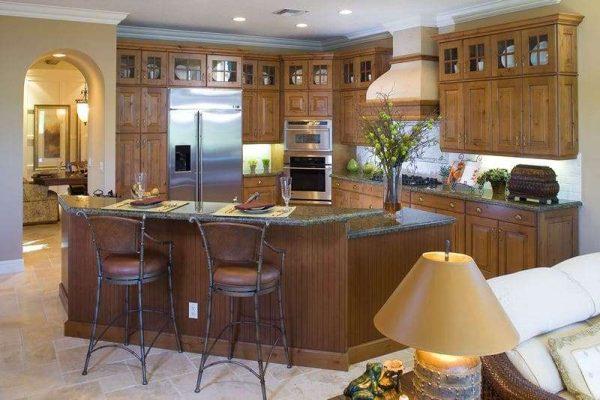 барная стойка на просторной кухне-гостиной