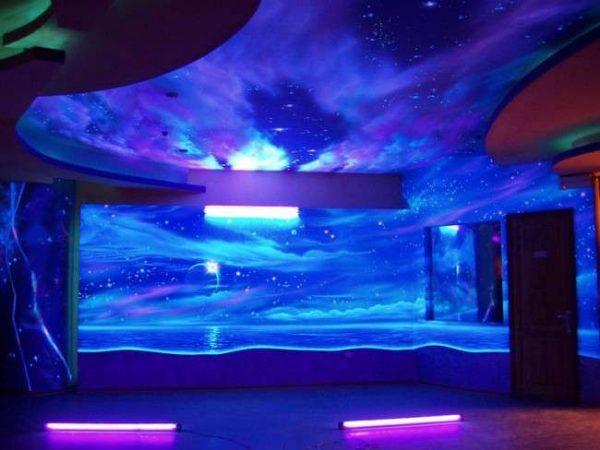 Флуоресцентные 3Д обои на стенах и потолке