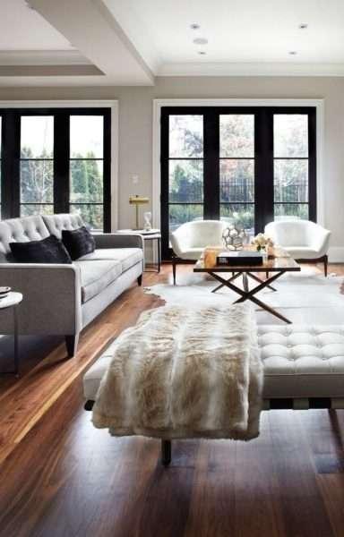 светлая мебель в интерьере гостиной частного дома