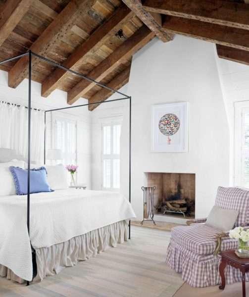 камин в интерьере гостиной в стиле шале