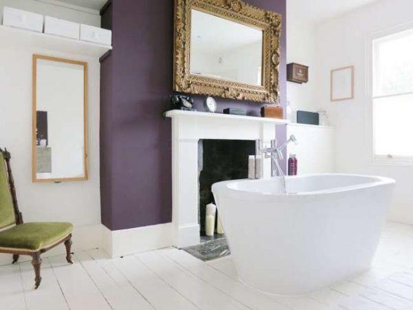 камин в интерьере гостиной с ванной