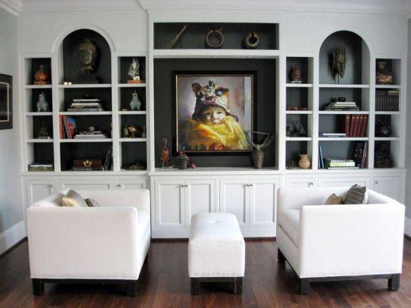 белая мебель в гостиной с тёмными стенами