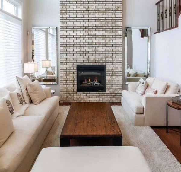 дерево в сочетании с белой мебелью в гостиной