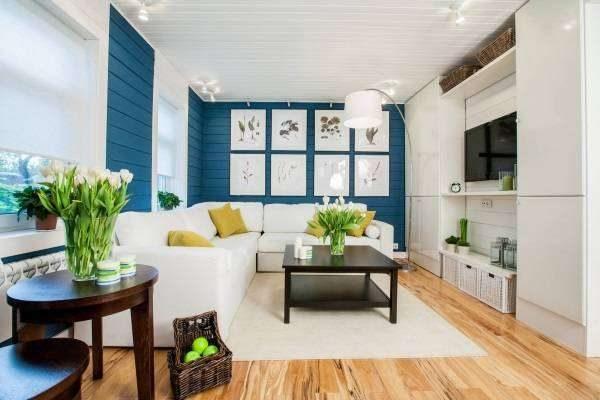 сочетание белого и синего в интерьере гостиной