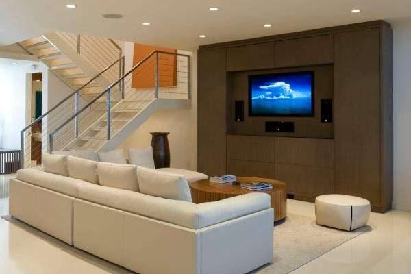 белая мебель в гостиной с коричневым шкафом