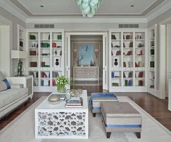белая мягкая мебель со шкафами в гостиной