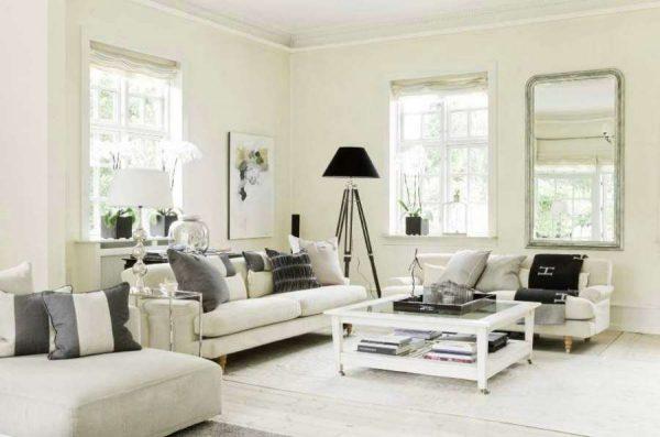 белая мебель в гостиной с окнами