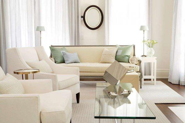 стильная белая мебель в гостиной с подушками