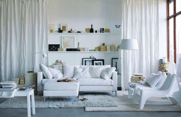 белая мебель в гостиной с открытыми полками