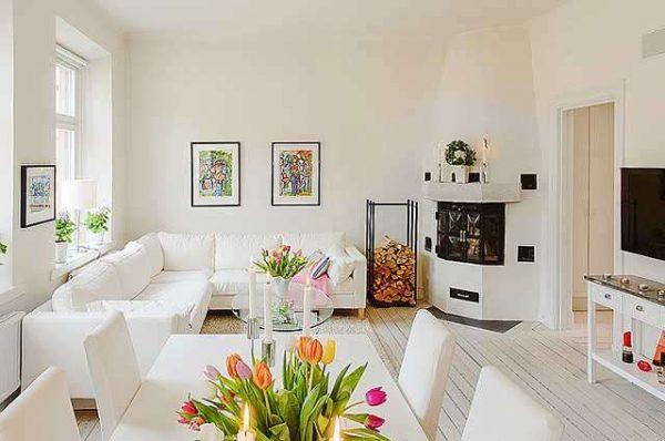 белая мебель в гостиной с цветами