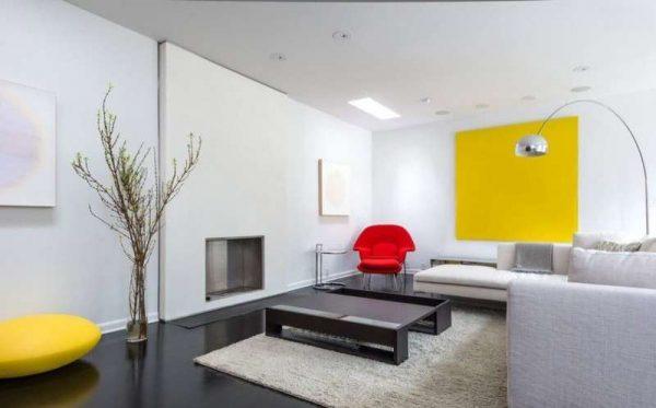 белая мебель в гостиной с ярким декором