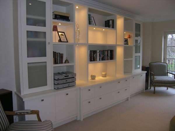 корпусная белая мебель в гостиной