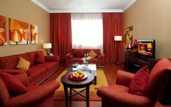 Красные шторы в интерьере гостиной
