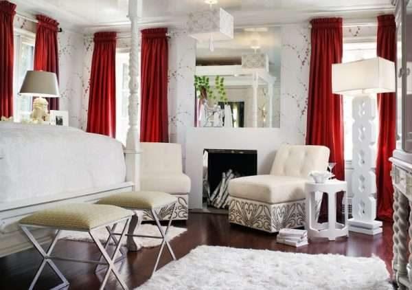 бордовые шторы в гостиной с белыми стенами