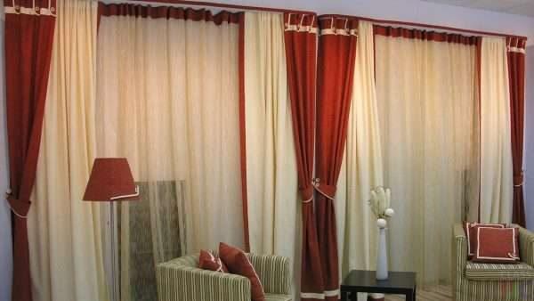 бордовые шторы с тюлью в интерьере гостиной
