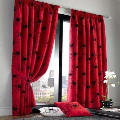 бордовые шторы с цветочным принтом в интерьере гостиной
