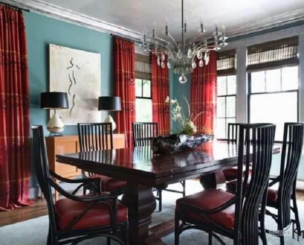 бордовые шторы в интерьере гостиной с голубыми стенами и чёрной мебелью