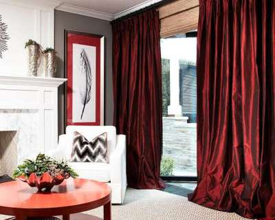 бордовые шторы в интерьере гостиной с камином