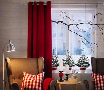 бордовые шторы на люверсах в интерьере гостиной
