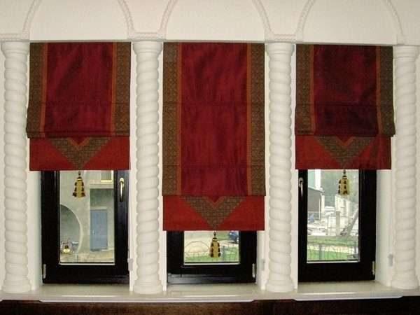 бордовые шторы в интерьере гостиной в восточном стиле