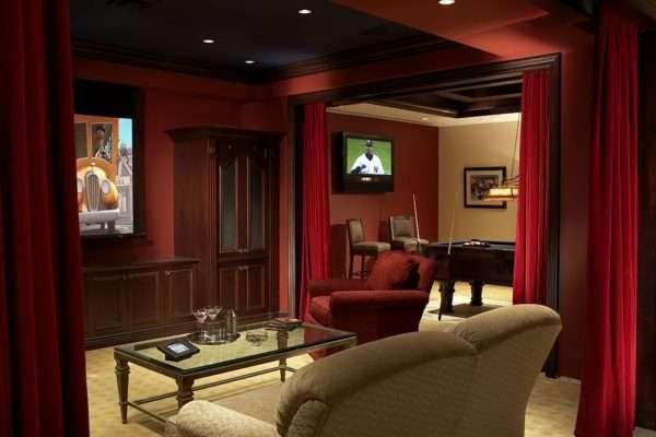 тёмно красные шторы в интерьере бордовой гостиной
