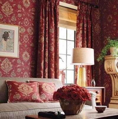 бордовые шторы в интерьере гостиной с такой же отделкой стен