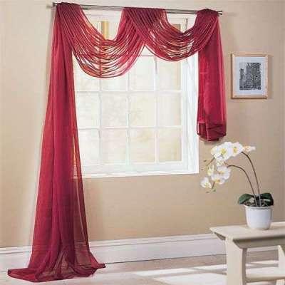 полупрозрачные бордовые шторы в гостиной