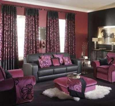 бордовые шторы с чёрным орнаментом в интерьере гостиной