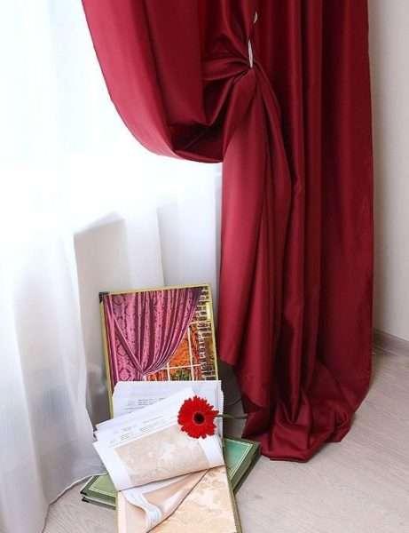 Бордовые шторы в гостиной