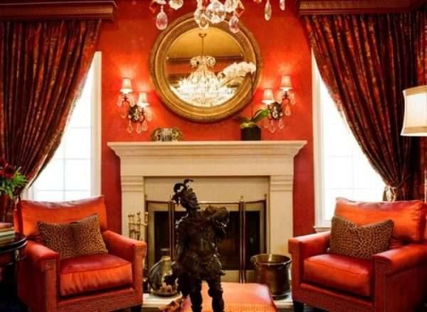 бордовые шторы в гостиной с камином