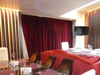бордовые шторы в гостиной с бежевыми стенами