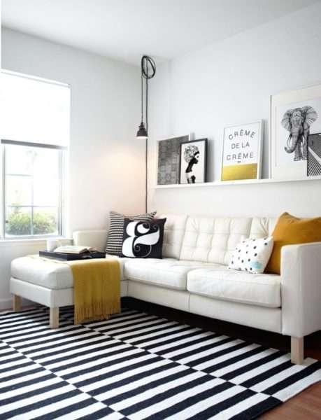 желтый декор в интерьере черно-белой гостиной