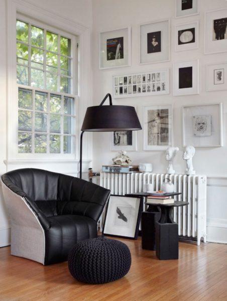 стильный торшер в интерьере черно-белой гостиной