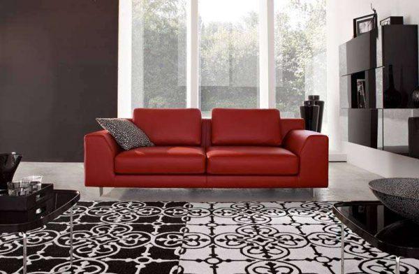 красный диван в интерьере черно-белой гостиной